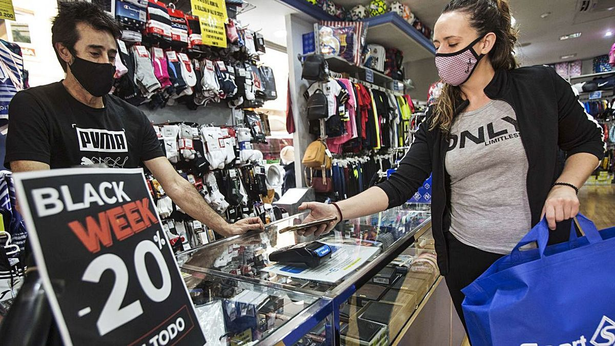One of the hundreds of shops in Alicante that offers discounts for Black Friday, yesterday.     PILAR CORTÉS