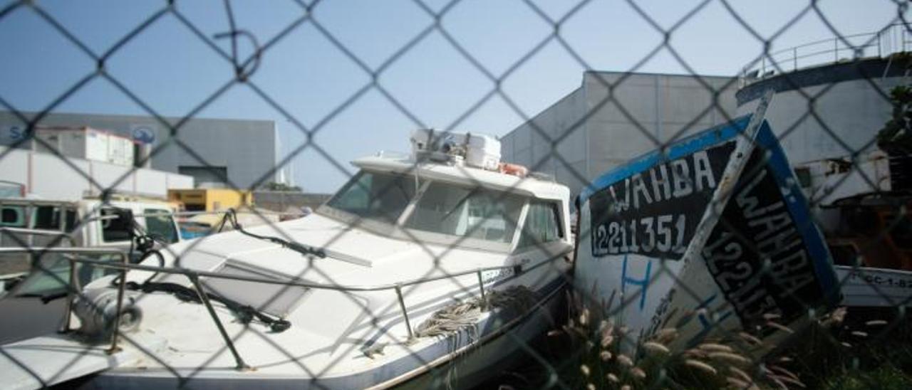 Una lancha abandonada y un cayuco en el potrero de la Autoridad Portuaria, a comienzos de este año.     JOSÉ CARLOS GUERRA