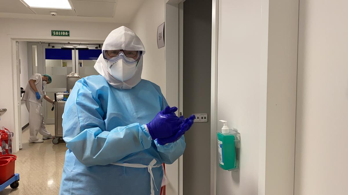 Una sanitaria en la planta Covid del Hospital Regional.