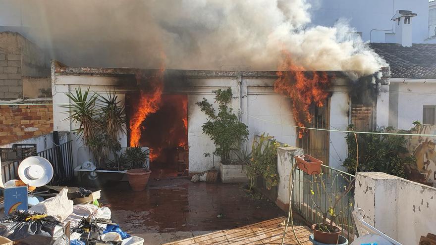 Un incendio en Cheste obliga a desalojar cinco viviendas