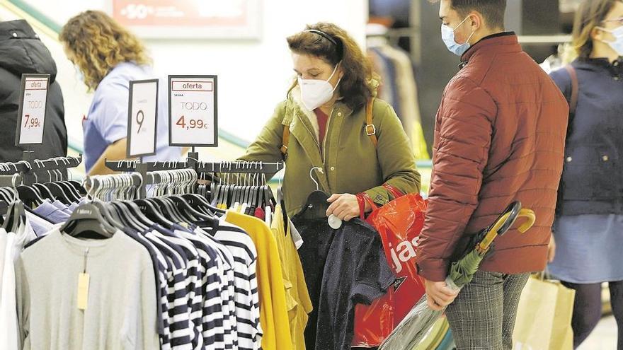 Los comercios reducen el aforo al 50% en el arranque de las rebajas