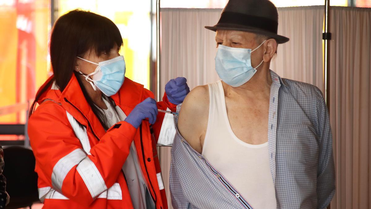 Un hombre recibe la vacuna en el Palacio de Exposiciones de León.