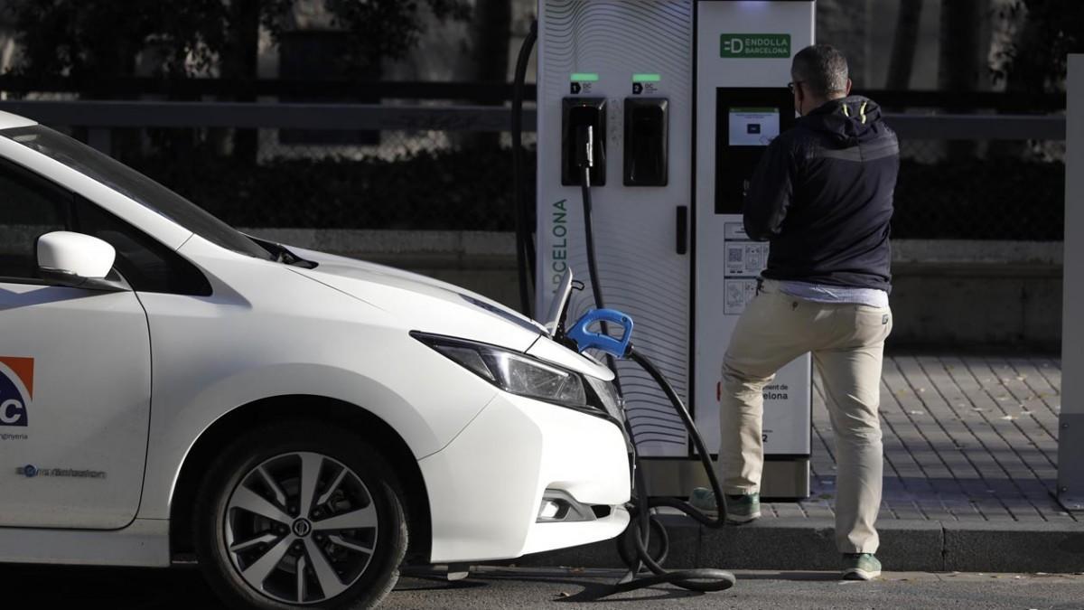 Barcelona empieza a cobrar por cargar el coche eléctrico