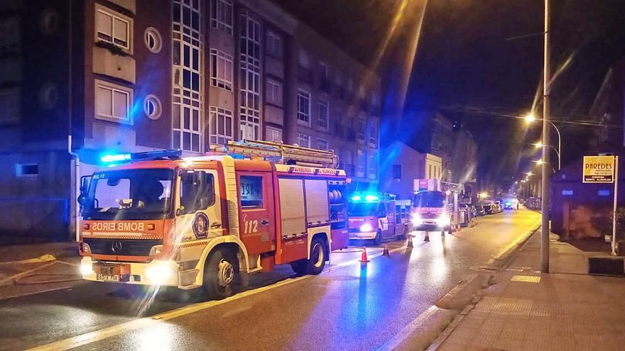Los bomberos sofocan de madrugada un incendio en el garaje de un céntrico edificio de Cangas
