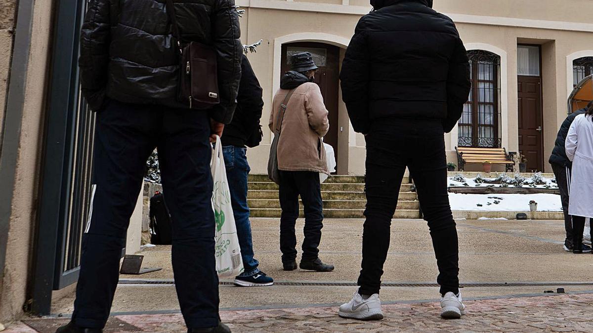 Zamoranos recogen su menú diario en la Casa Betania de Cáritas en Zamora.