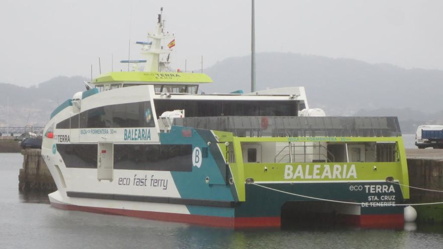 "El ferri ""Eco Terra"" reposta en Vigo"