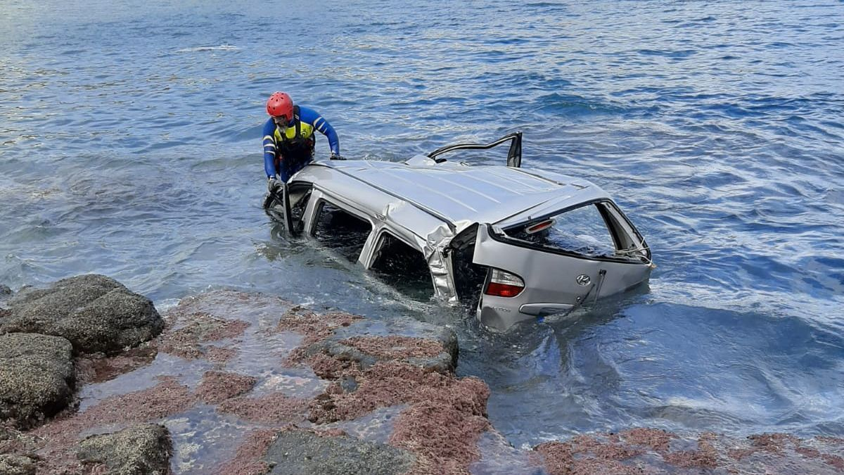 Un furgón se precipita al mar en Telde