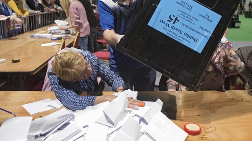 Comienza el recuento para deshacer el triple empate en las elecciones de Irlanda