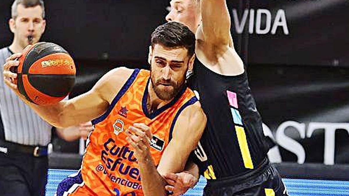 Joan Sastre trata de penetrar a canasta durante el partido de ayer.  | ACB MEDIA
