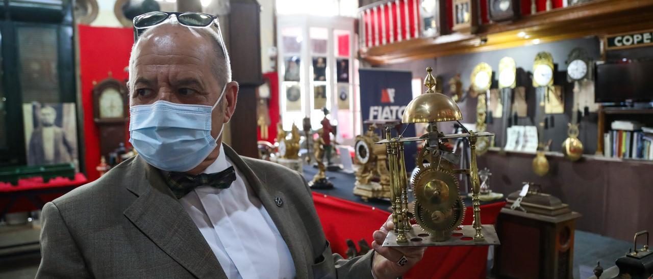 José Suárez muestra el mecanismo de un reloj en su museo de Ponteareas. // Anxo Gutiérrez