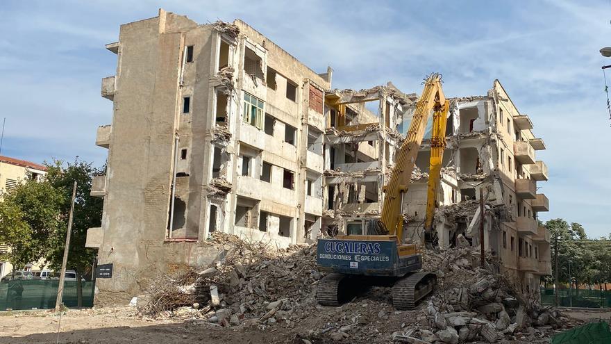Derribo del edificio en ruinas en el barrio de Nou Alcolecha en Alicante