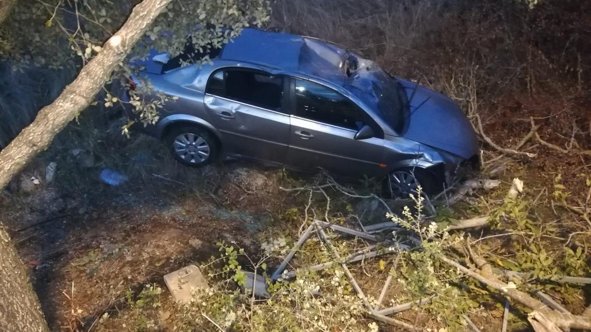 Estado del vehículo tras volcar en Muelas del Pan.