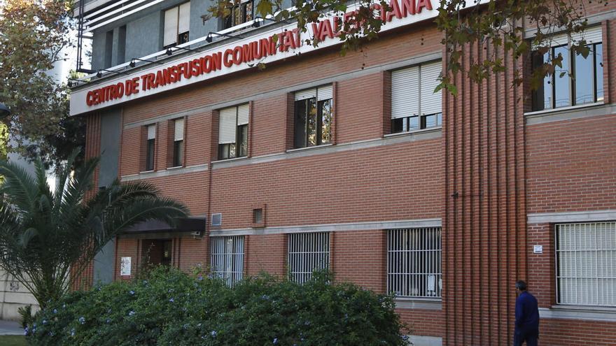 Sanidad hace pruebas PCR en el Centro de Transfusión tras el positivo de una trabajadora