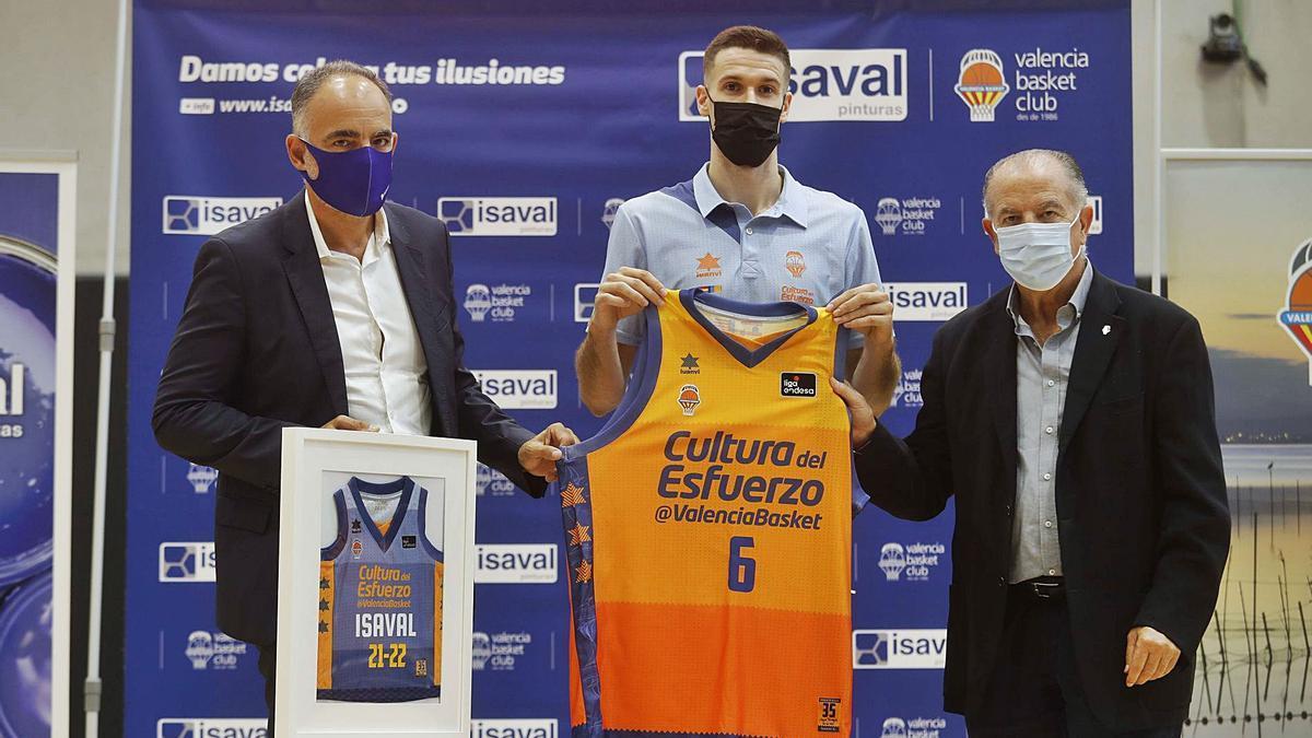 Xabier López-Arostegui, en su presentación con Santi Vallejo, de Pinturas Isaval, y Paco Raga, director general del Valencia Basket. | JOSÉ MANUEL LÓPEZ