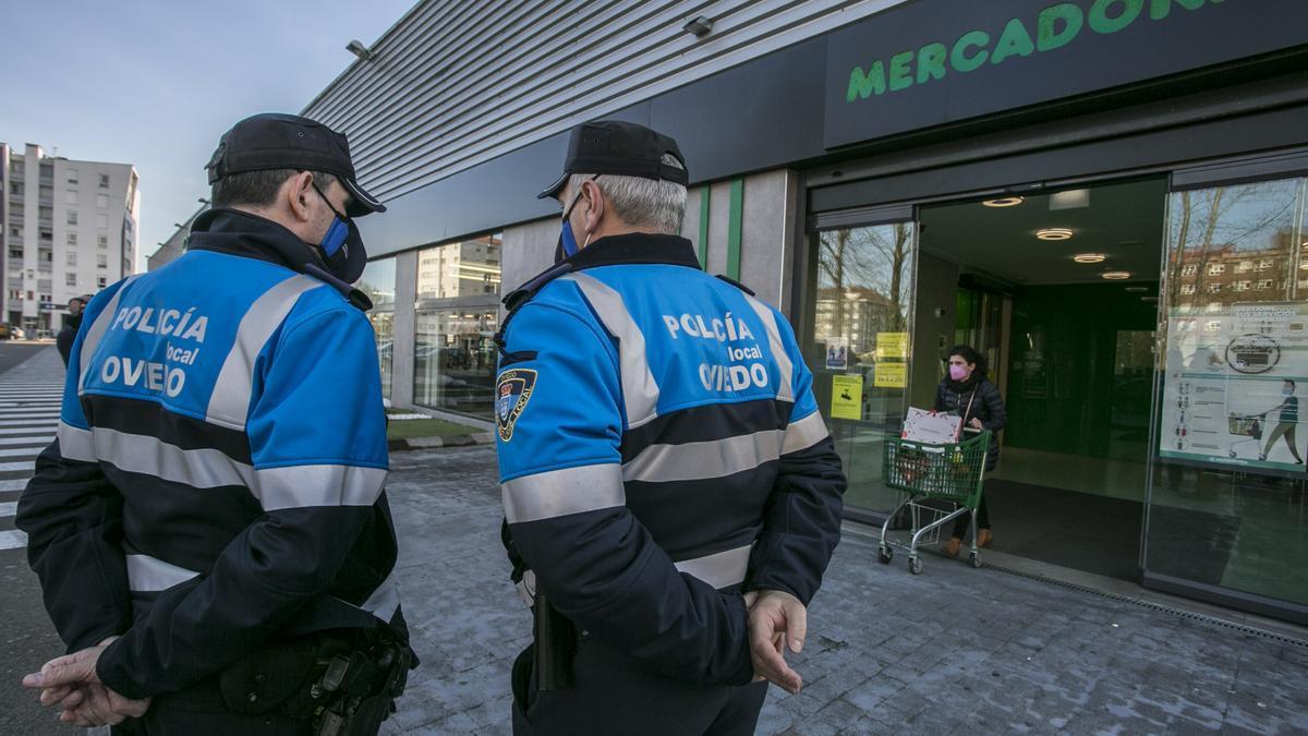 Control de Policía Local en Oviedo para evitar incumplimientos sobre la normativa del covid.