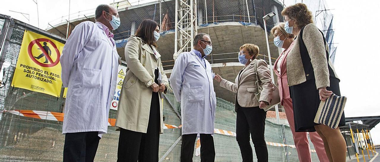 La consellera de Sanidad visitó ayer las obras en el servicio de Urgencias del Hospital General.   ALEX DOMÍNGUEZ