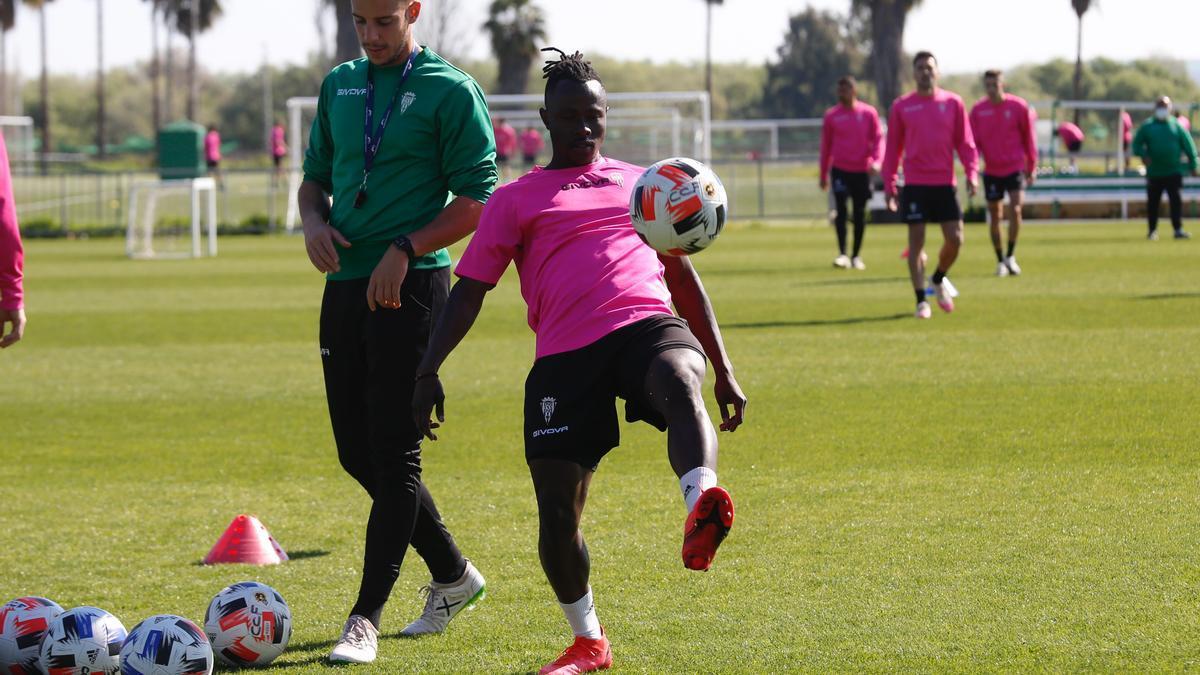 Moussa Sidibé toca balón durante la sesión de recuperación del pasado lunes, en la Ciudad Deportiva.