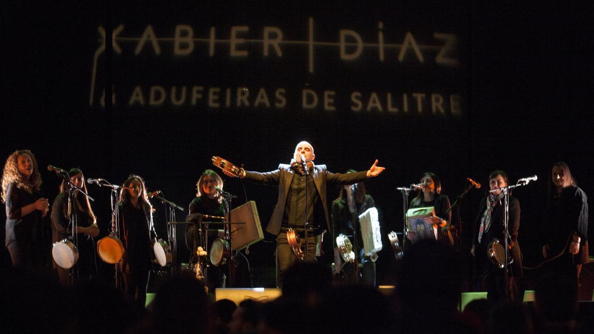 Xabier Díaz e as Adufeiras de Salitre durante un concierto.