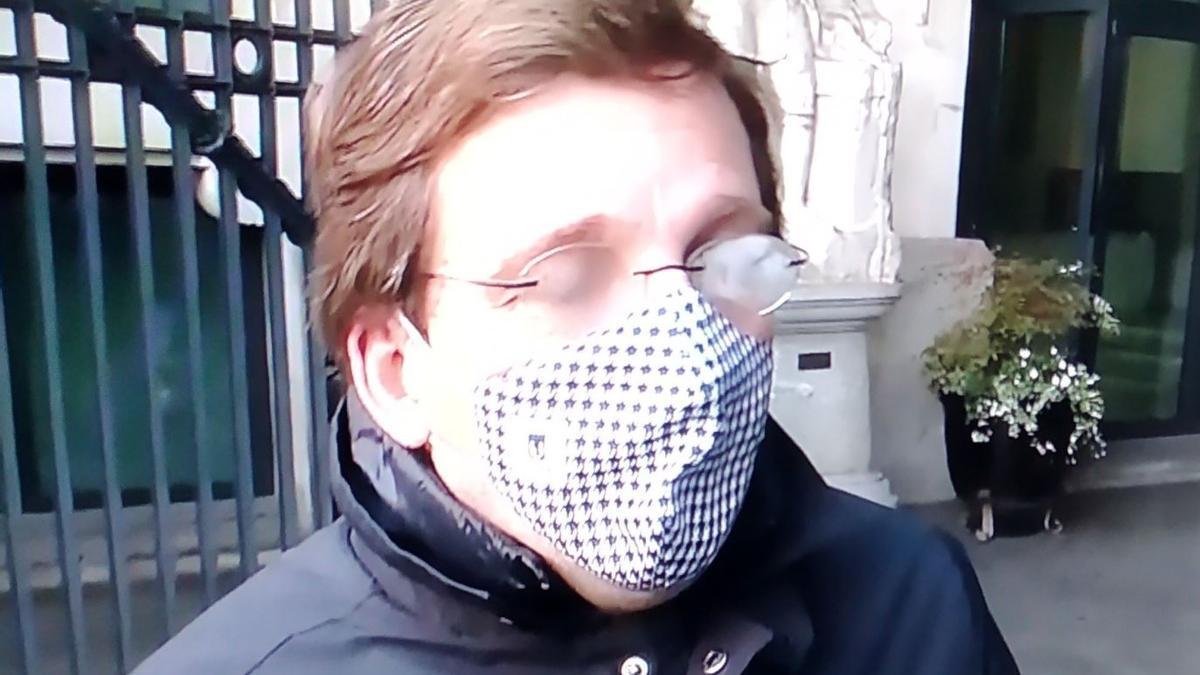 Una imagen de Almeida con las gafas empañadas.