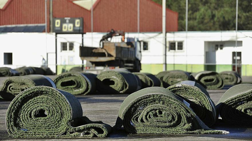 La hierba sintética del campo Manuel Regueiro se reutilizará en los colegios