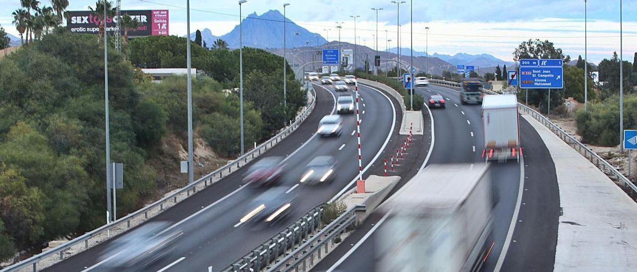 Vehículos circulan por la A-70 en las proximidades de Sant Joan d'Alacant. |