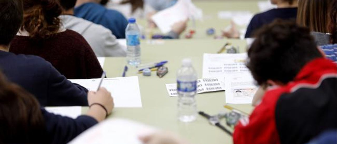 Estudiantes asturianos en una prueba de EBAU