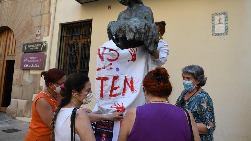 Colectivos feministas cubren estatuas de mujeres de Castelló.