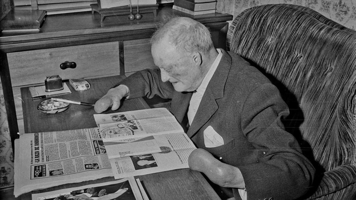 Josep Plaja llegint la premsa a la seva casa de la Bisbal, l'any 1969.