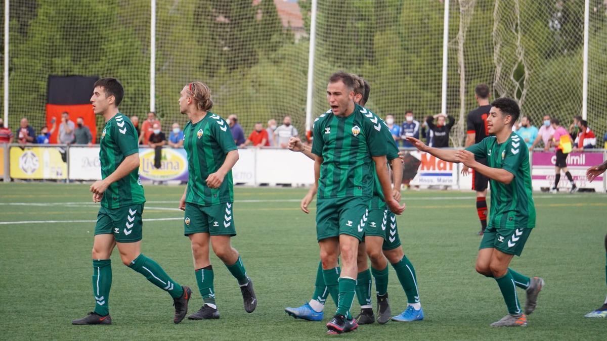 Los jugadores del Castellón B celebra uno de sus goles de esta temporada.