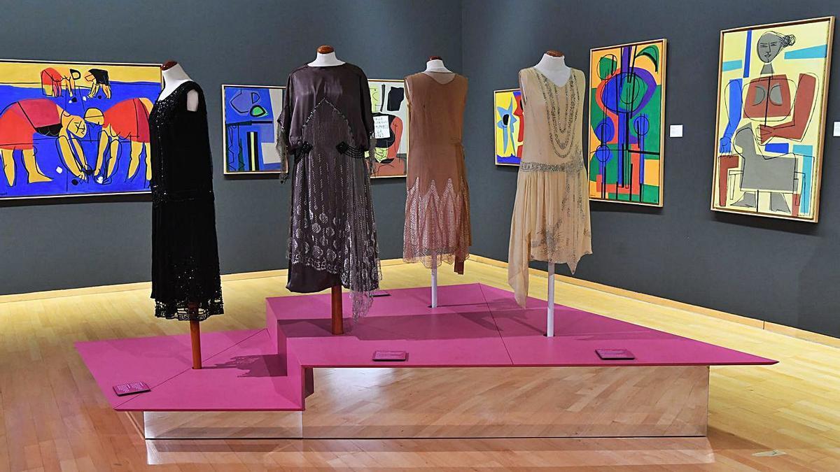 La exposición 'Vestir épocas', en el Museo de Belas Artes.  | // CARLOS PARDELLAS