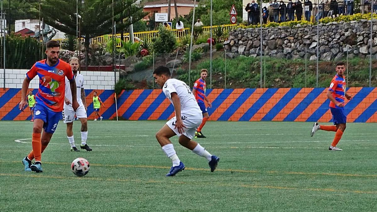 El goleador del San Mateo Braulio encara al defensa del Tenisca Nelson en el choque jugado en La Vega. | | MANOLO GUERRA