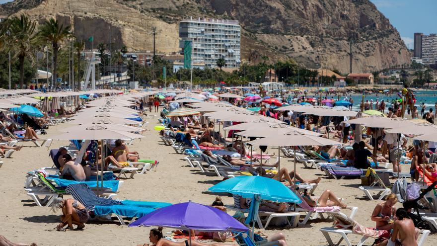 Playas llenas el festivo local y   gran jornada en la hostelería de Alicante, que factura un 70% más
