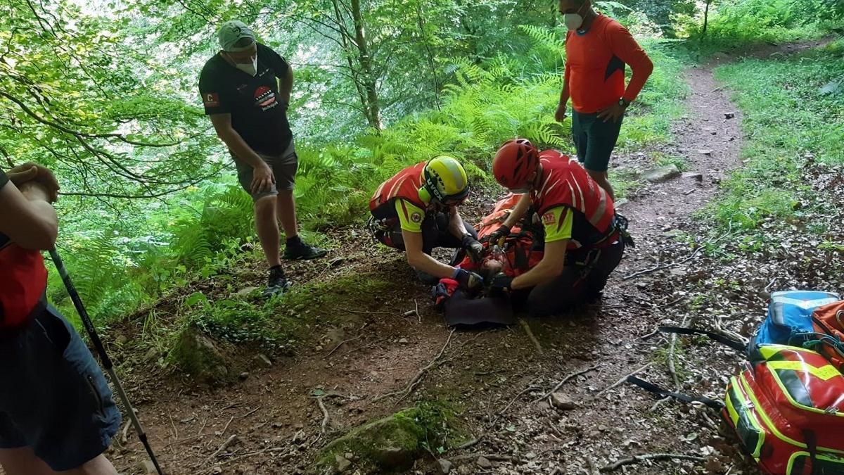El equipo de rescate atiende a la mujer herida antes de ser trasladada a un hospital en helicóptero.