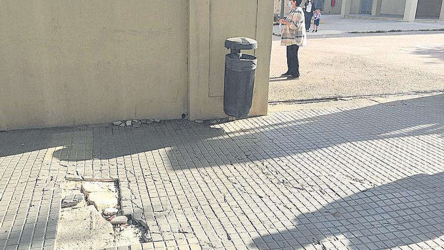 Una acera en estado peligroso en la entrada del colegio del Molinar