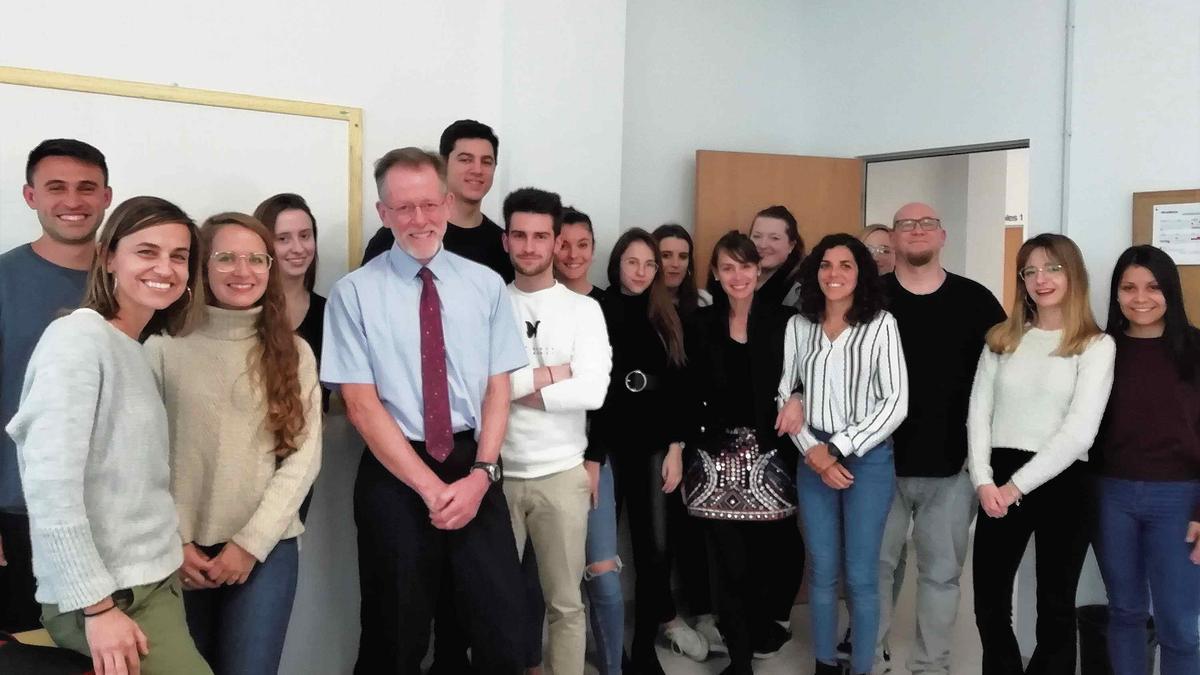El doctor Colwyin M. Jones junto a los alumnos de la Escuela Universitaria.