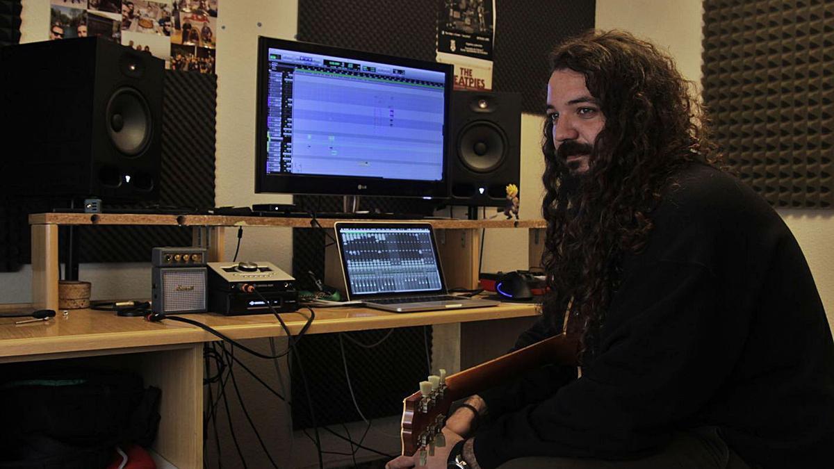 Cristian Pérez en el estudio donde trabaja con más de una decena de instrumentos. |
