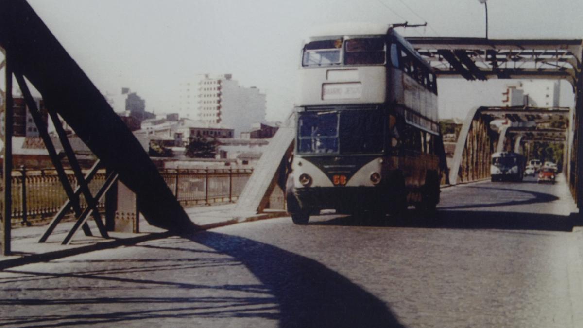 Un trolebús circulando por el puente de Hierro en los años 70.