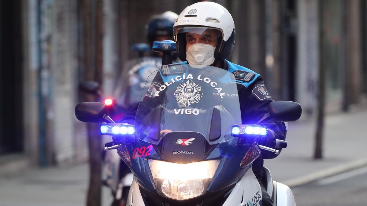 Agentes de la Policía Local de Vigo patrullando la ciudad.