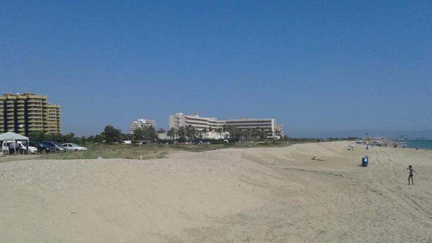 Moragues visita la regeneración dunar y descarta pagar el paseo de la Casbah
