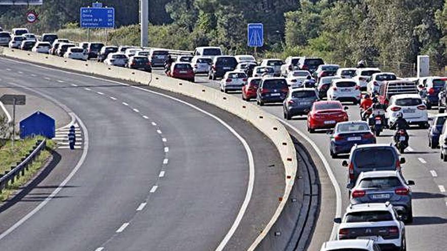 Cues de fins a 20 quilòmetres a l'AP-7 en direcció Girona en l'operació sortida de la revetlla de Sant Joan