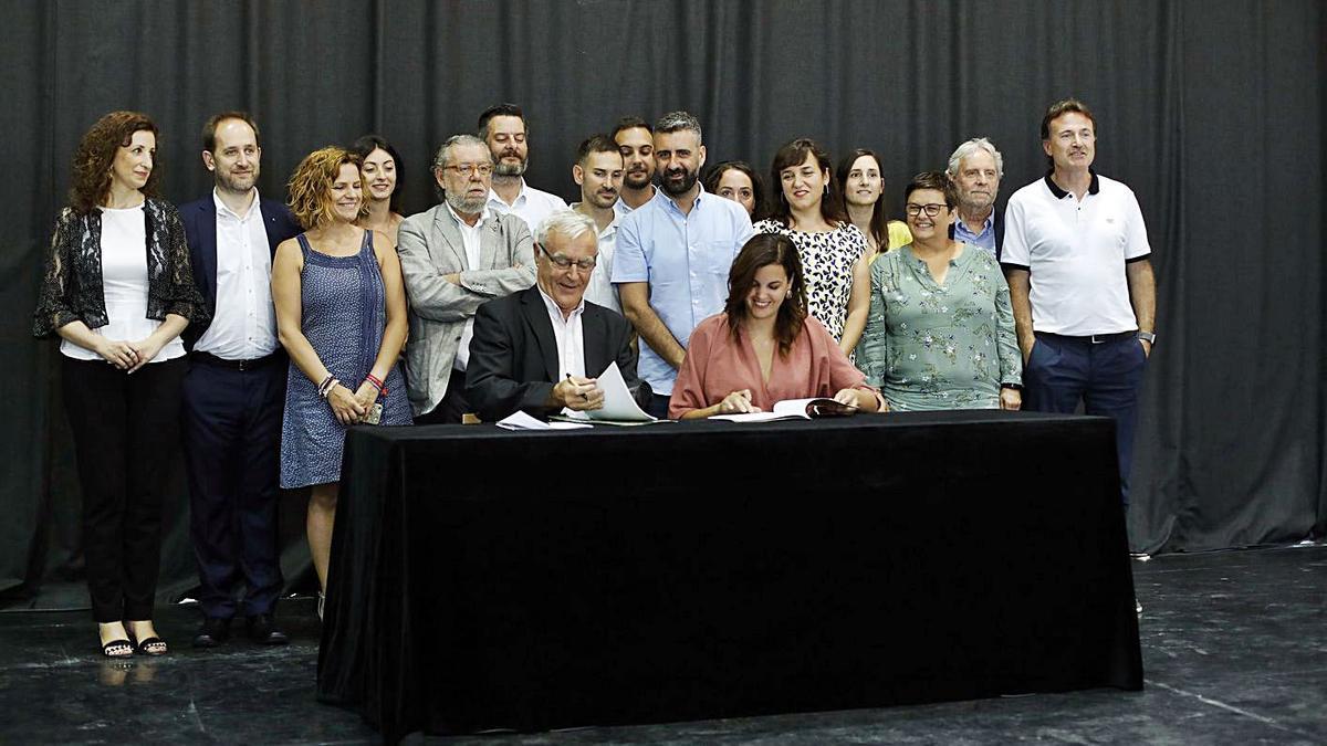 Imagen de archivo de la firma del acuerdo de gobierno entre Compromís y PSOE.