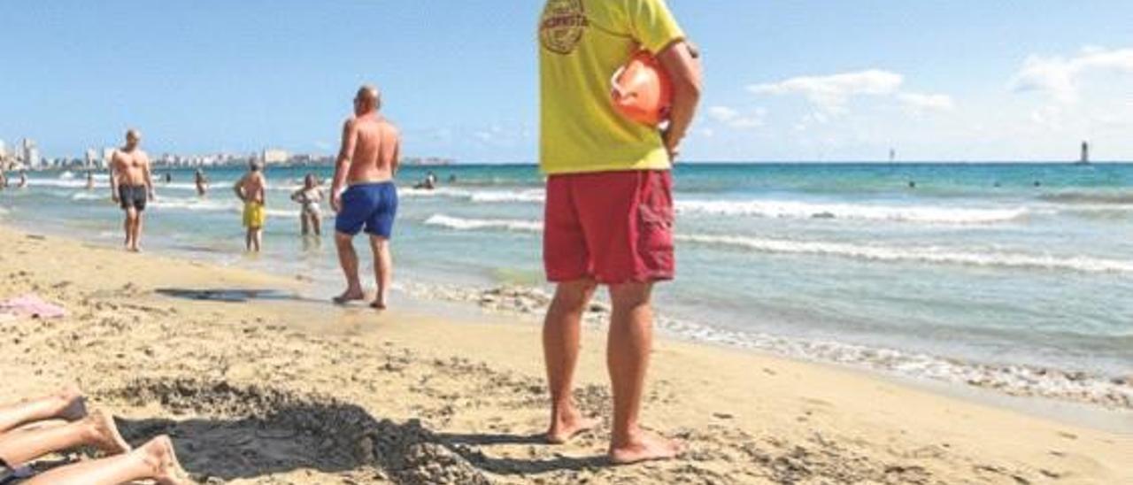 Un socorrista presta su servicio en una playa de la Costa Blanca a finales del verano pasado.