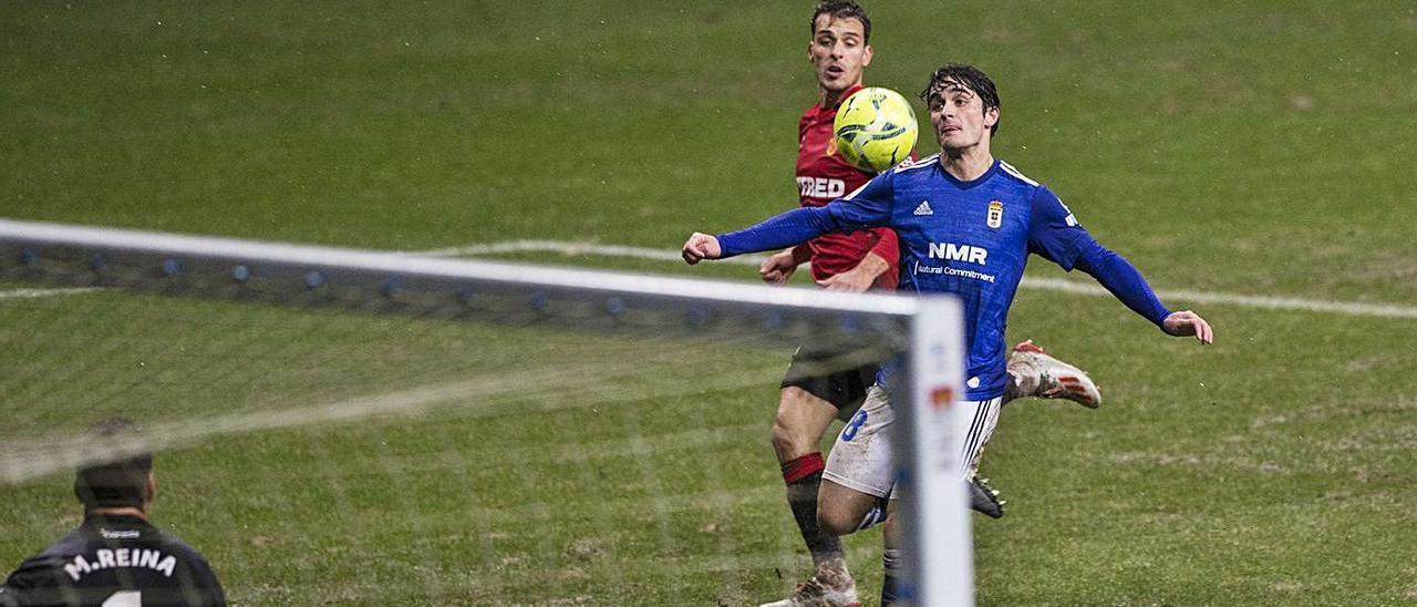 Javi Mier se dispone a tirar a puerta durante el partido del Oviedo ante el Mallorca.  