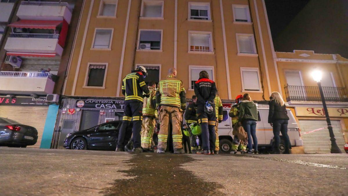 Bomberos y servicios de emergencia frente al portal donde ha ocurrido el incendio