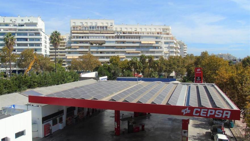 Cepsa estrena paneles solares en una gasolinera de Marbella