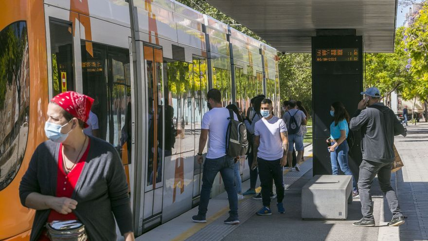 """La Generalitat pide """"viajar en silencio"""" en el transporte público de la Comunidad Valenciana"""