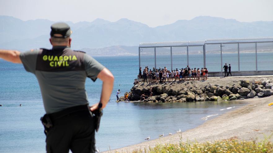 Un guardia civil herido en un intento de asalto masivo de marroquíes a Ceuta