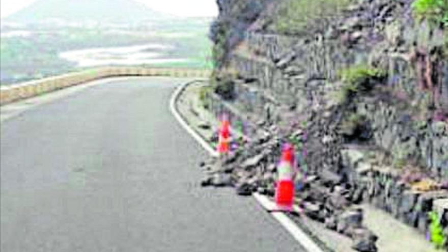 El Cabildo de Tenerife repara de urgencia un muro dañado en la vía de Punta de Teno