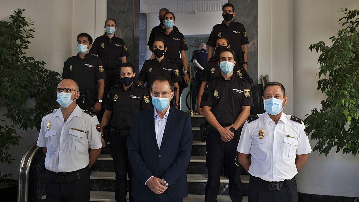 Los ocho alumnos en prácticas con el subdelegado del Gobierno en Zamora, Ángel Blanco, y dos inspectores jefes de la Comisaría.   Emilio Fraile