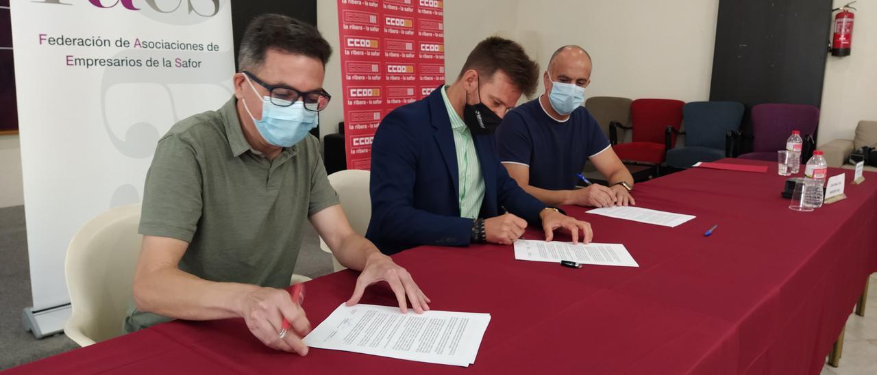 Momento de la firma entre los sindicatos y la patronal